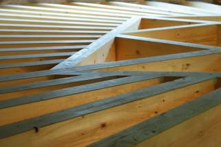 """Création d'un plafond-plancher """"en soleil"""", poutres apparentes, chantier Woodline Menuiserie Anthony Hablot, Val-de-Ruz, Suisse"""