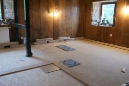 Pose de parquet massif en chêne, Woodline Anthony Hablot, incrustation de carreaux de ciment, parquet rustique, rénovation intérieure, parois neuchâteloises