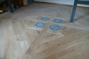 Pose de parquet massif en chêne, Woodline Anthony Hablot, parquet rustique, incrustration de carreaux de ciment